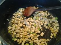 tofu, zwiebeln und knobi mit olivenöl anbraten