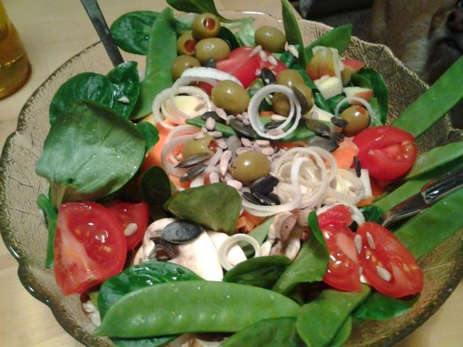 salat mit zuckerschoten und oliven